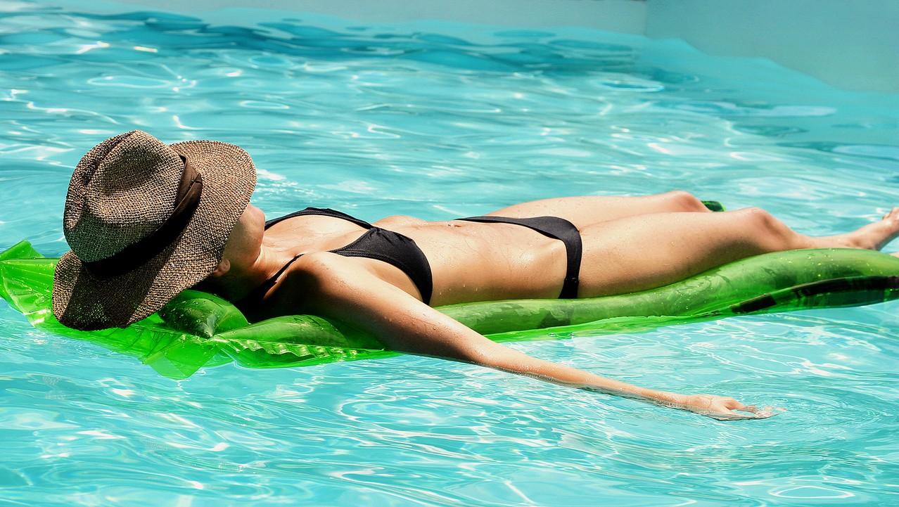Jak pielęgnować skórę letnią porą roku – kosmetyki idealne na lato